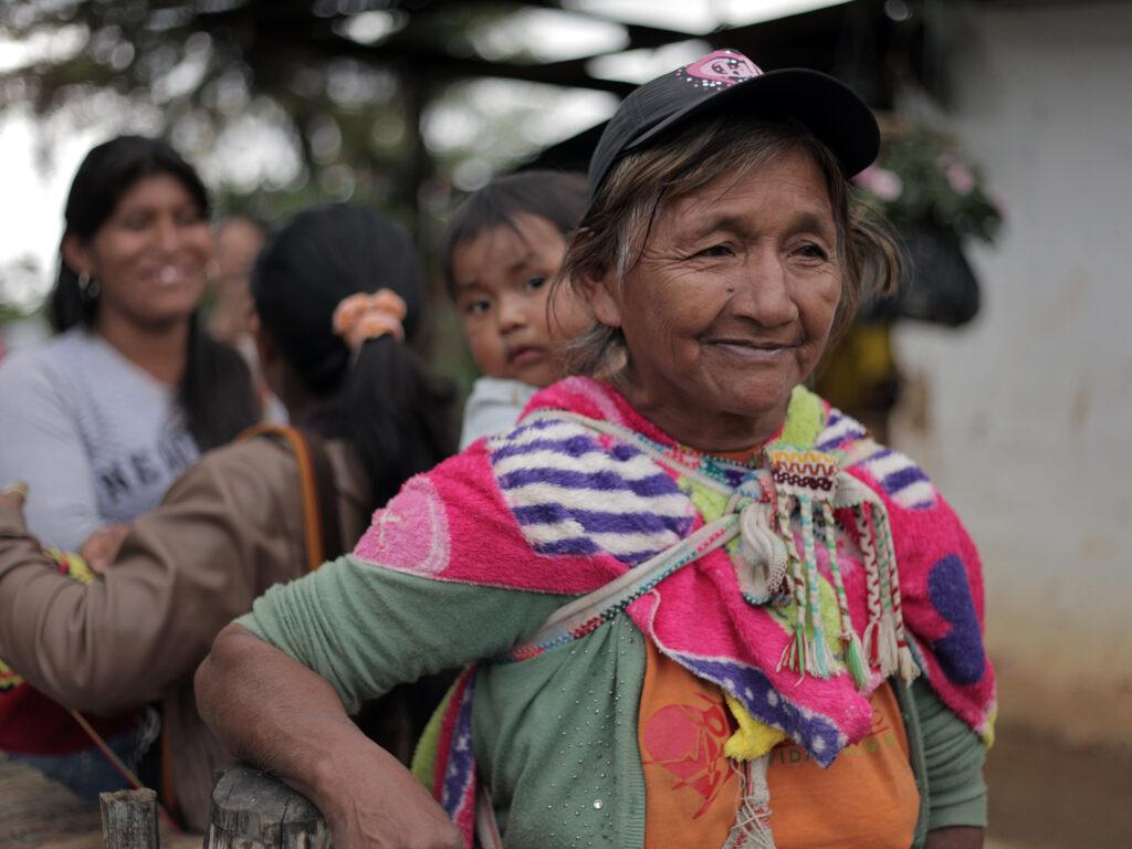 Colombiansk kvinna bär barn på ryggen