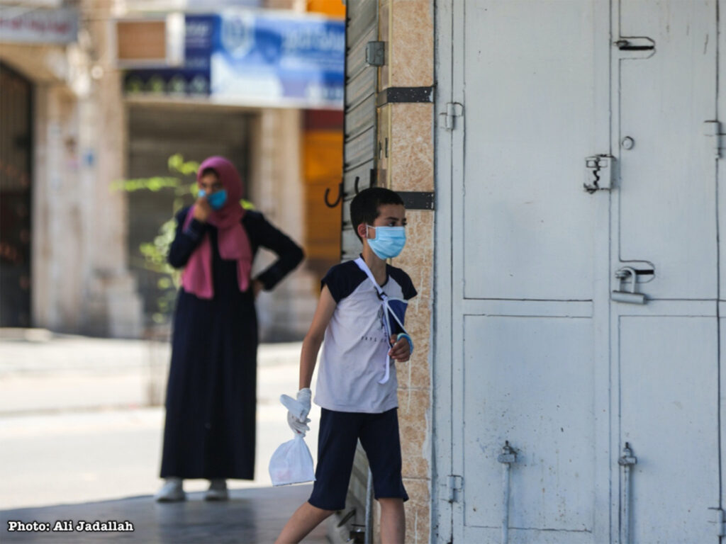 Palestinsk pojke med mask