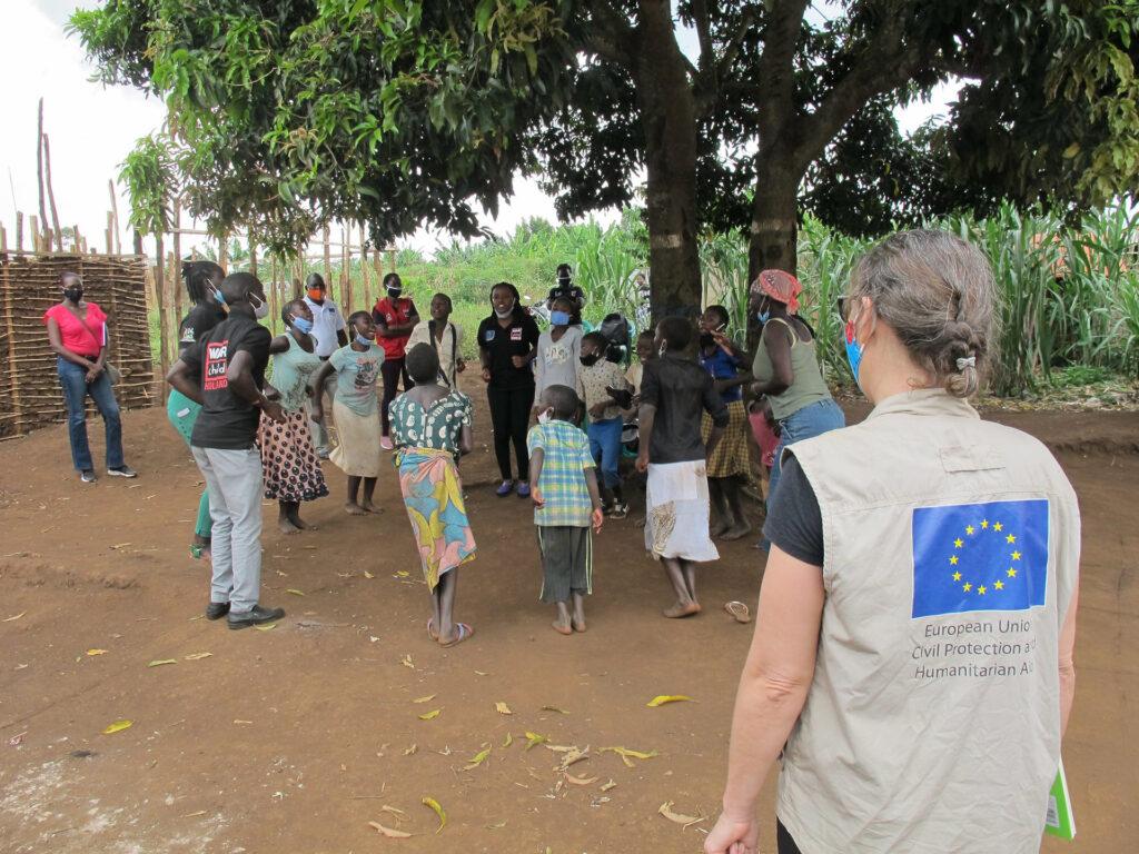 Personal från EUs biståndsorgan bland barn i Uganda