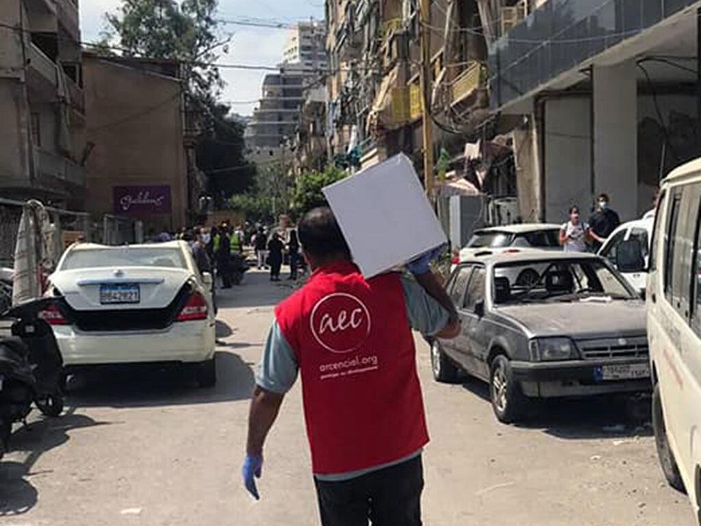 Hjälparbetare bär kartong med förnödenheter