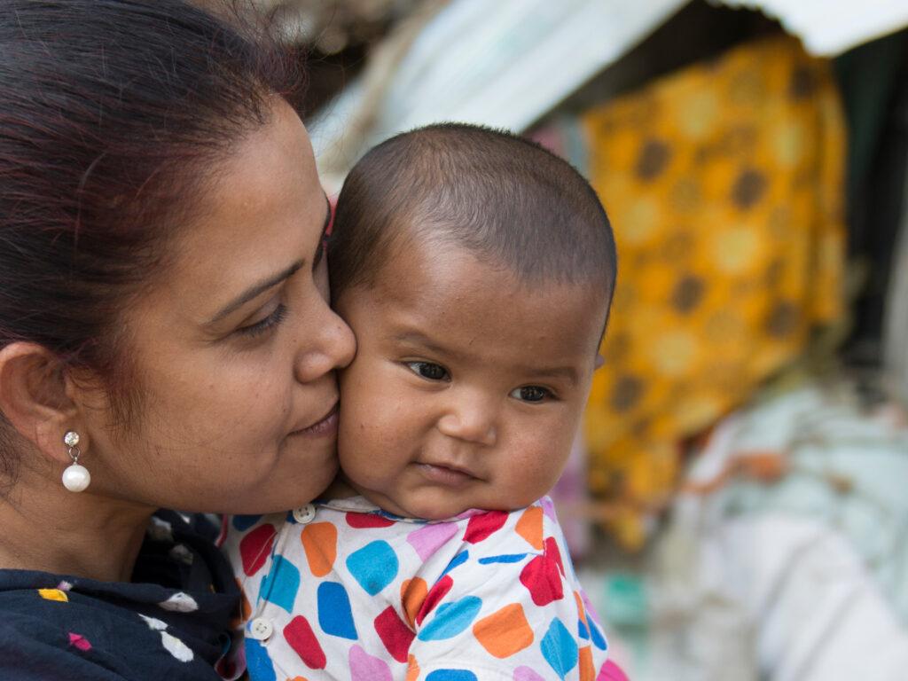 En bebis i famnen på en kvinna