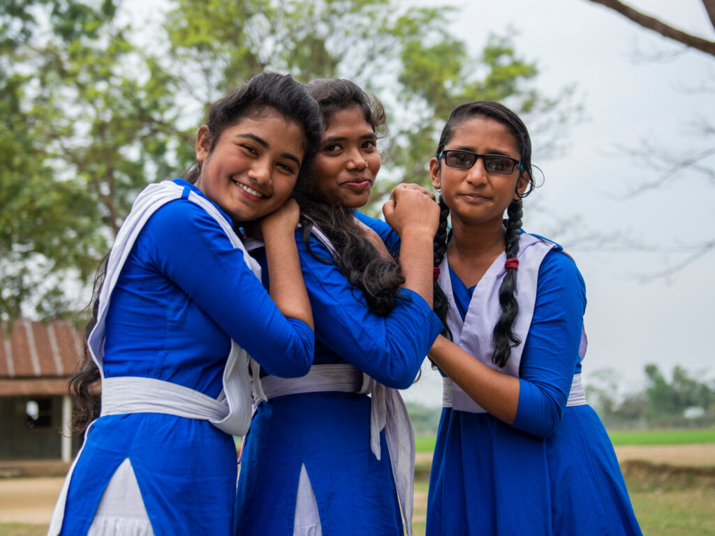 Tre glada flickor i skoluniform