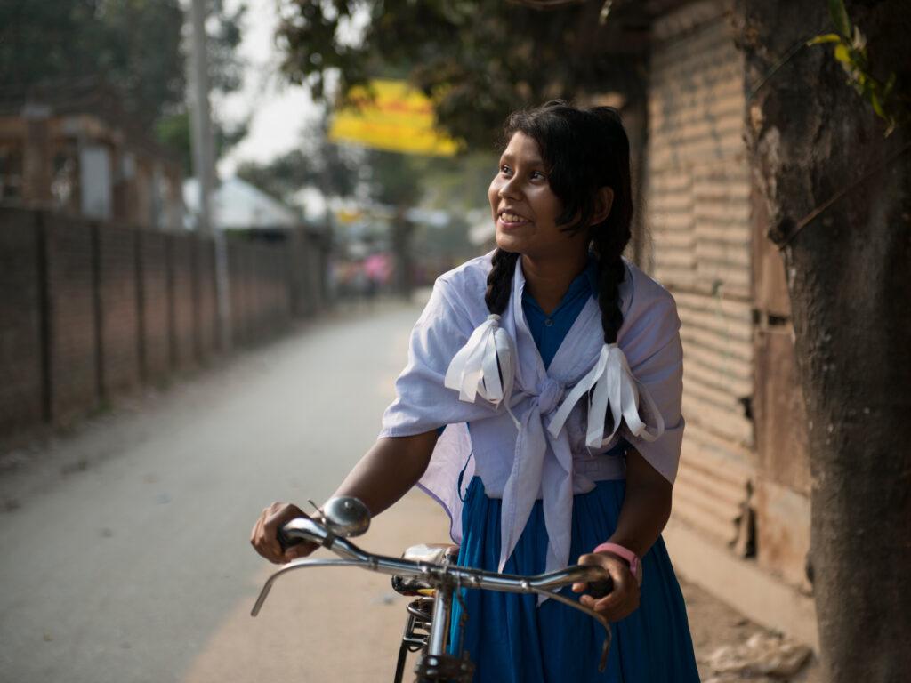 En flicka med en cykel