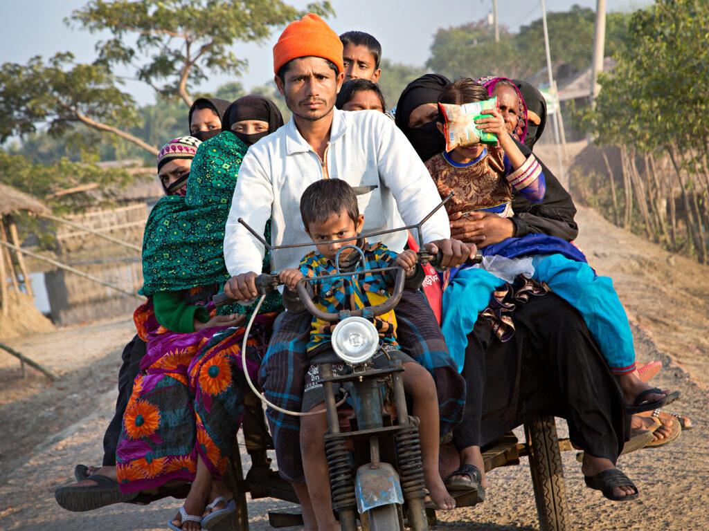 Man skjutsar många på moped