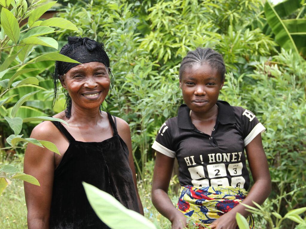 En kvinna och hennes dotter vid träd