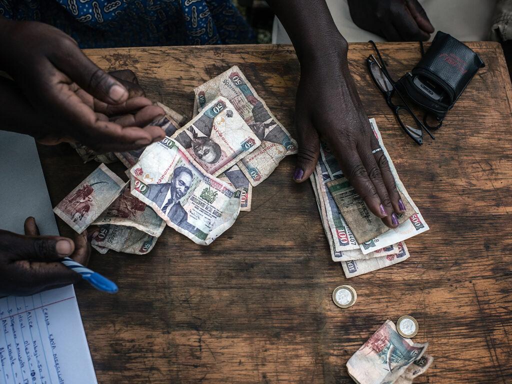 Kvinnohänder räknar pengar på bord