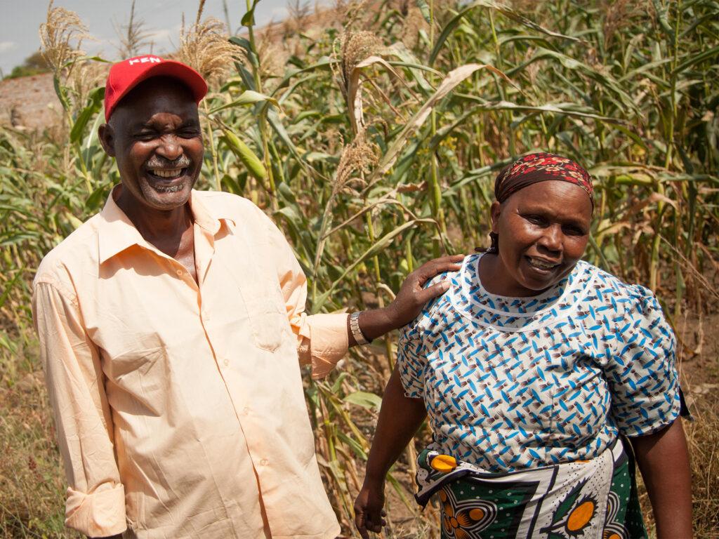 Man och kvinna framför majsfält