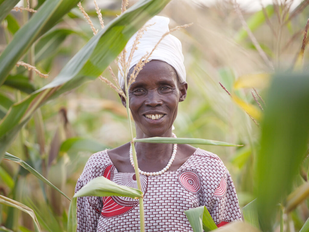 Kvinna står mitt i sin odling