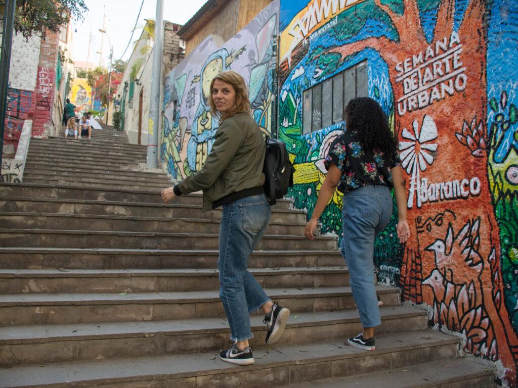 Två kvinnor går upp i en trappa utomhus
