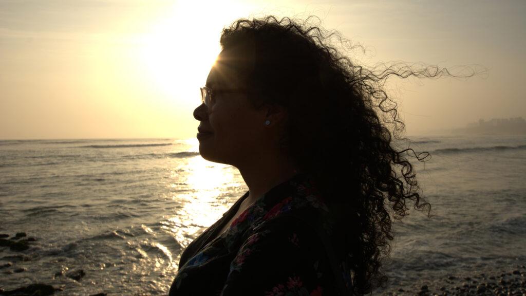 En kvinna i profil mot solnedgången