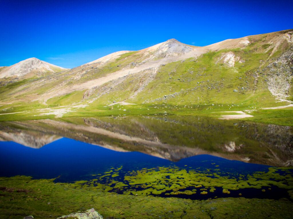 Berg oh klarblått vatten