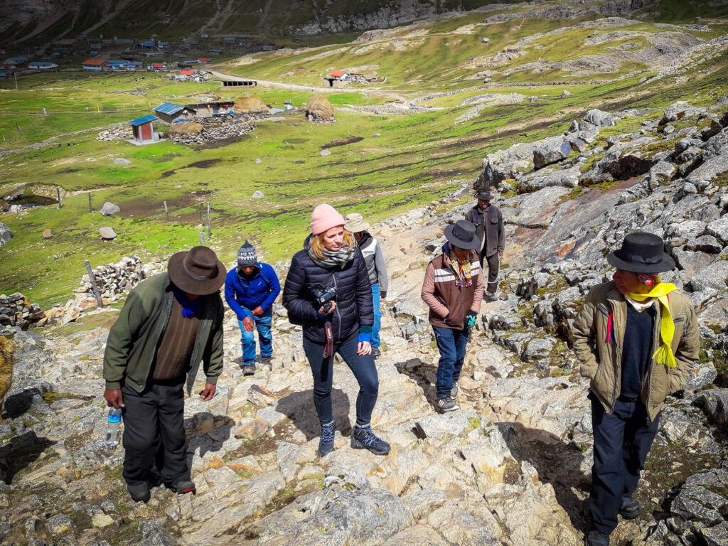 Elin med bybesökare på väg upp på ett berg