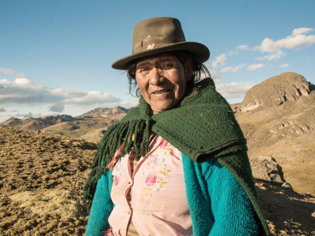 En kvinna med hatt och sjal