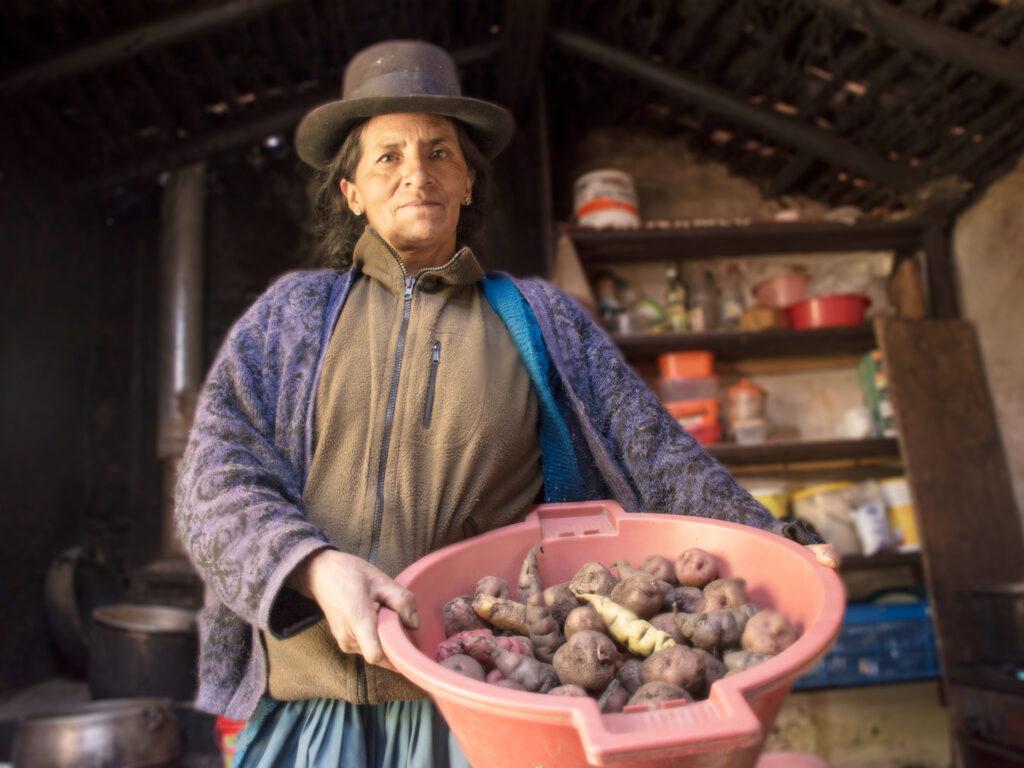 En kvinna med en bunke rotfrukter