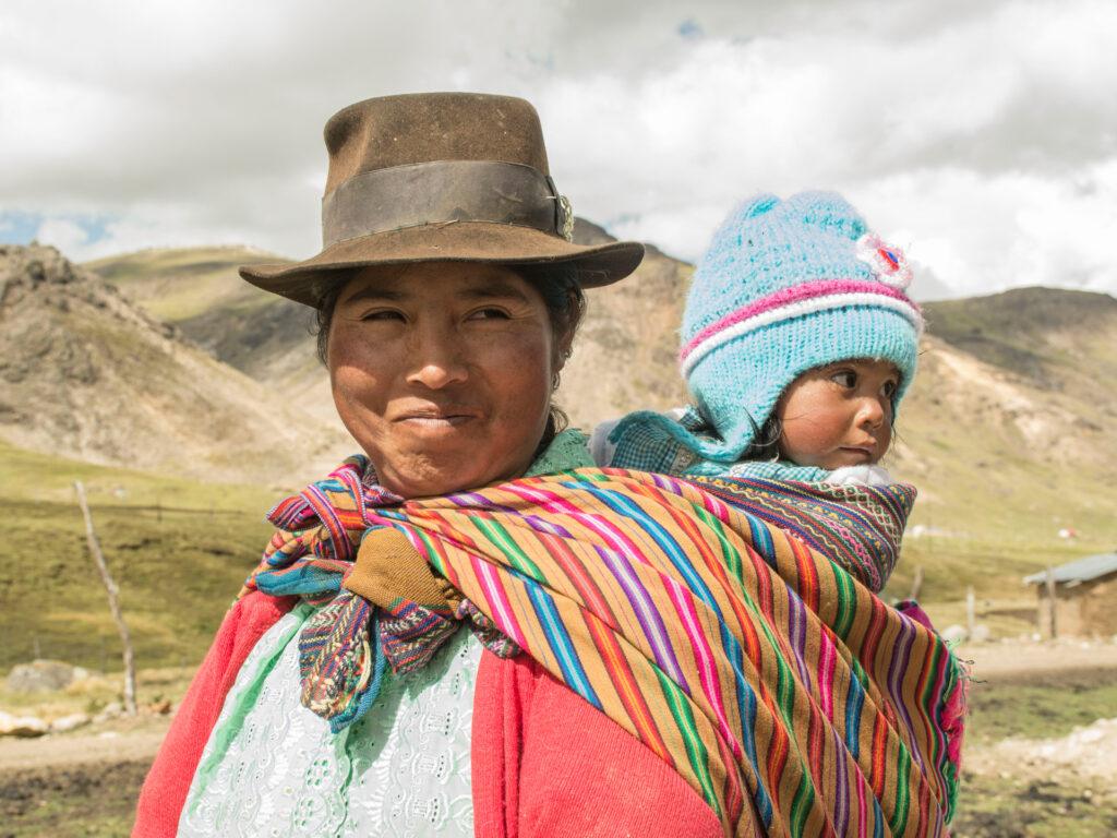 En kvinna med bebis på ryggen
