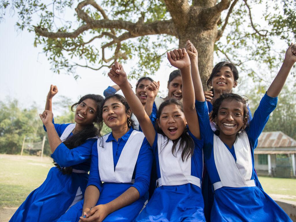 Bild på sju glada cykeltjejer i Bangladesh