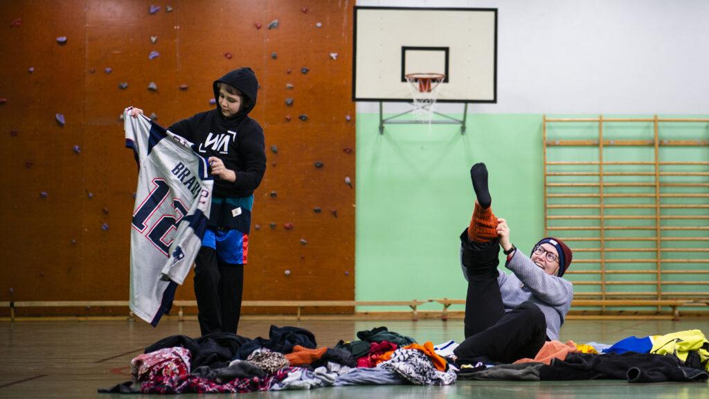 Bild på barn och ledare som testar utmaningen Lager på lager på lager