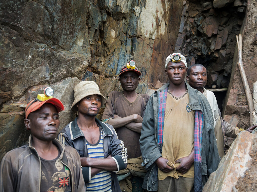 Gruvarbetare i DRC utanför gruvöppning