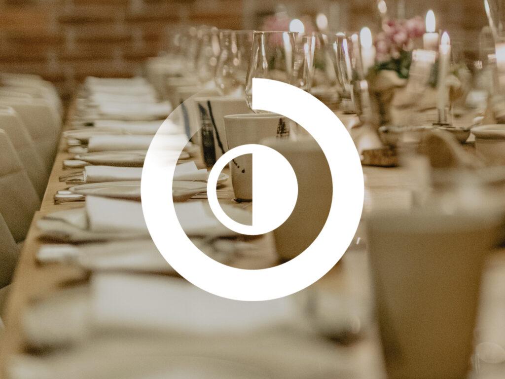 Bild på dukat middagsbord