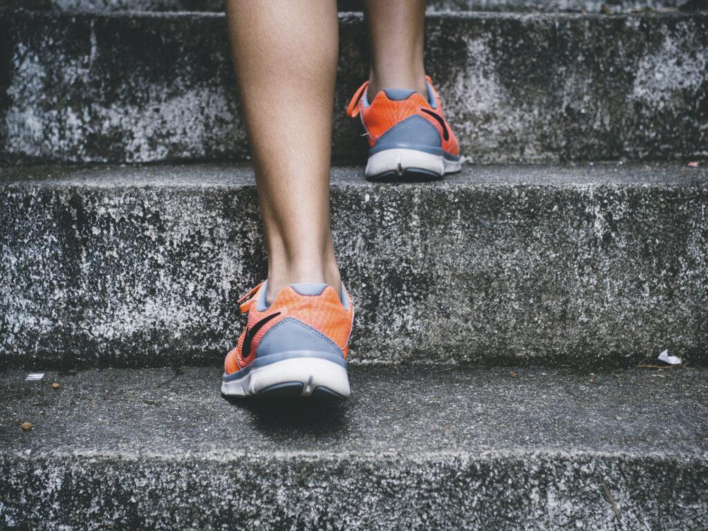 Bild på fötter som springer i en trapp