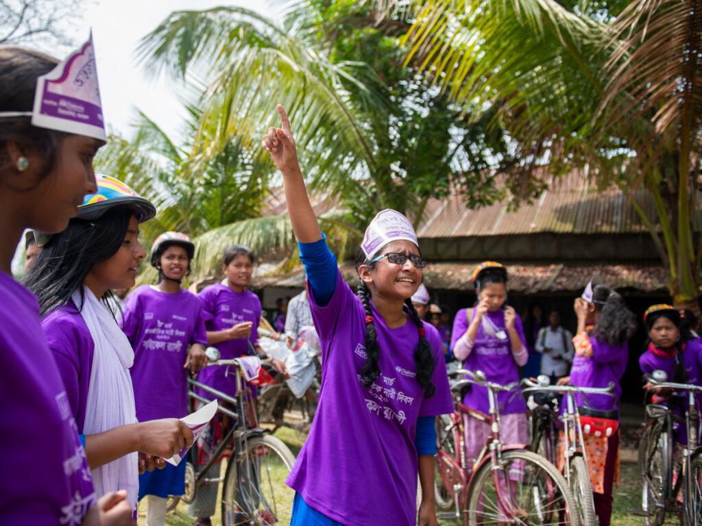 Flickor med cyklar