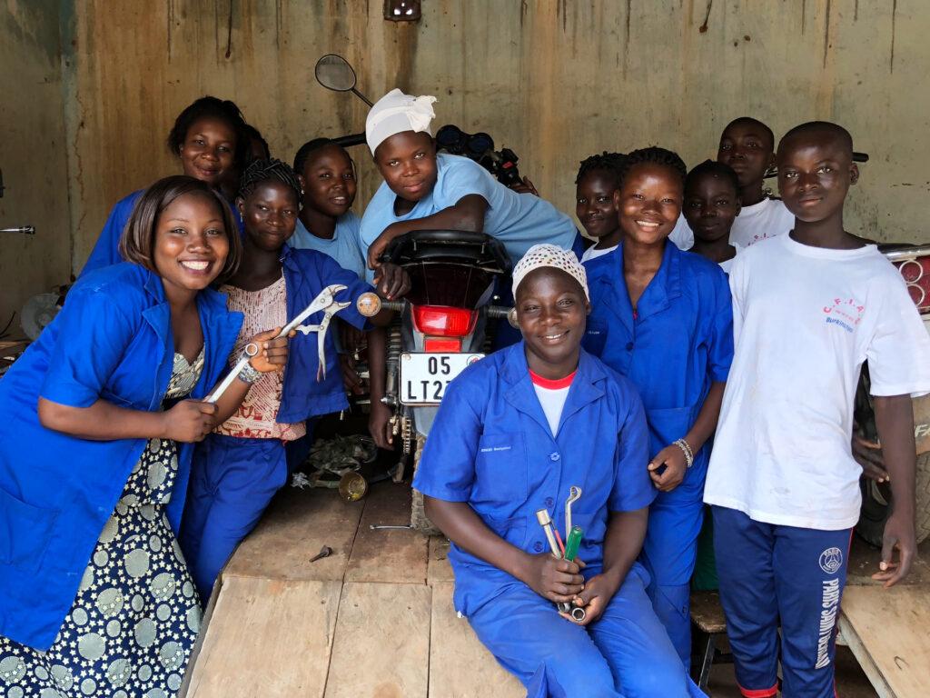 Kvinnliga mekaniker vid en bild