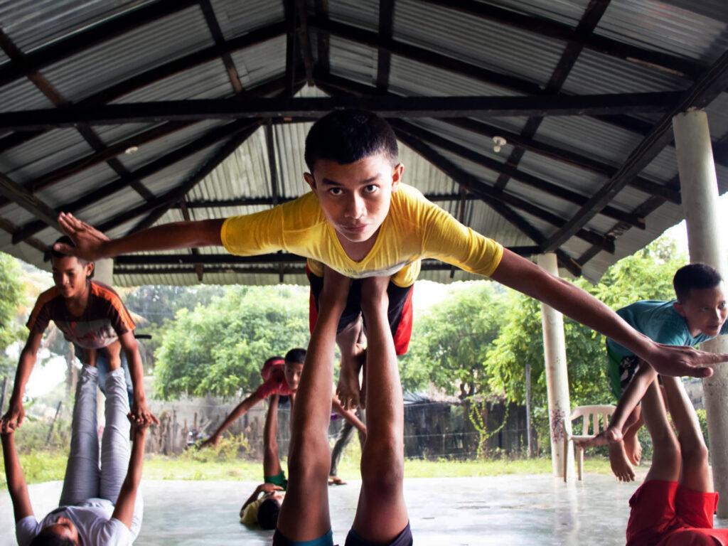 En grupp av barn gör akrobatiska övningar.