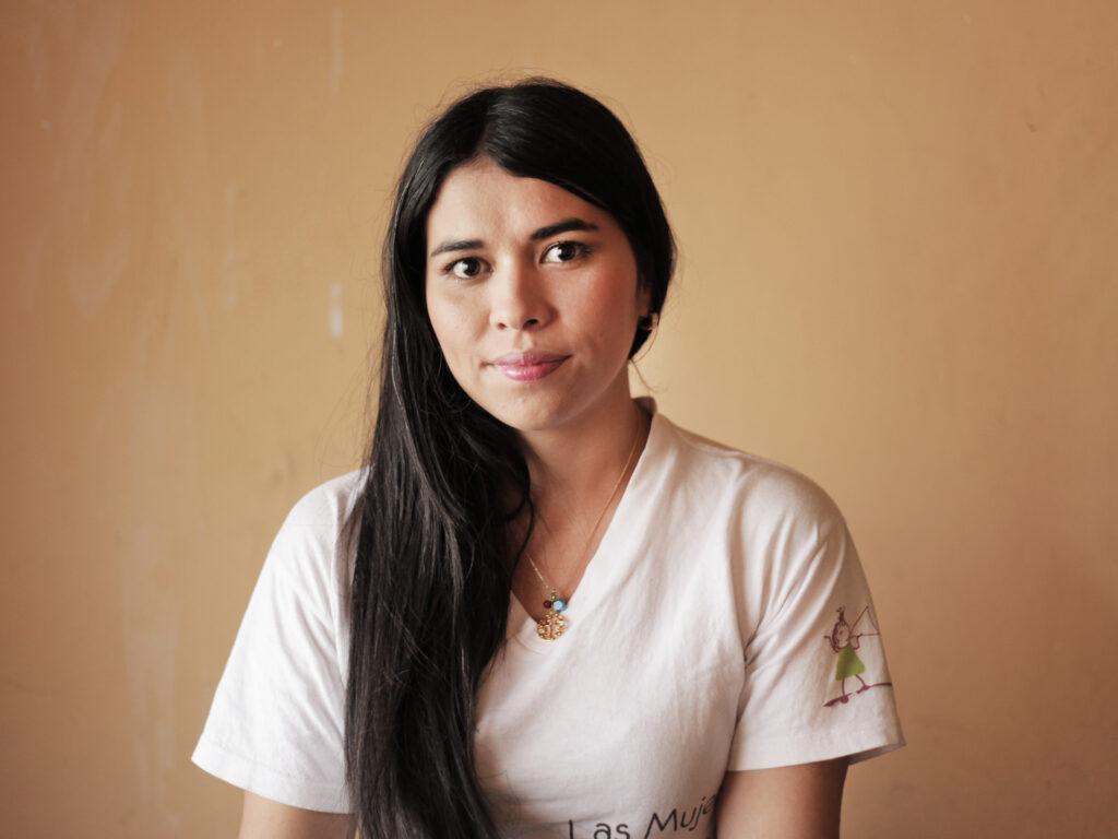 Porträtt av en kvinna med långt svart hår.