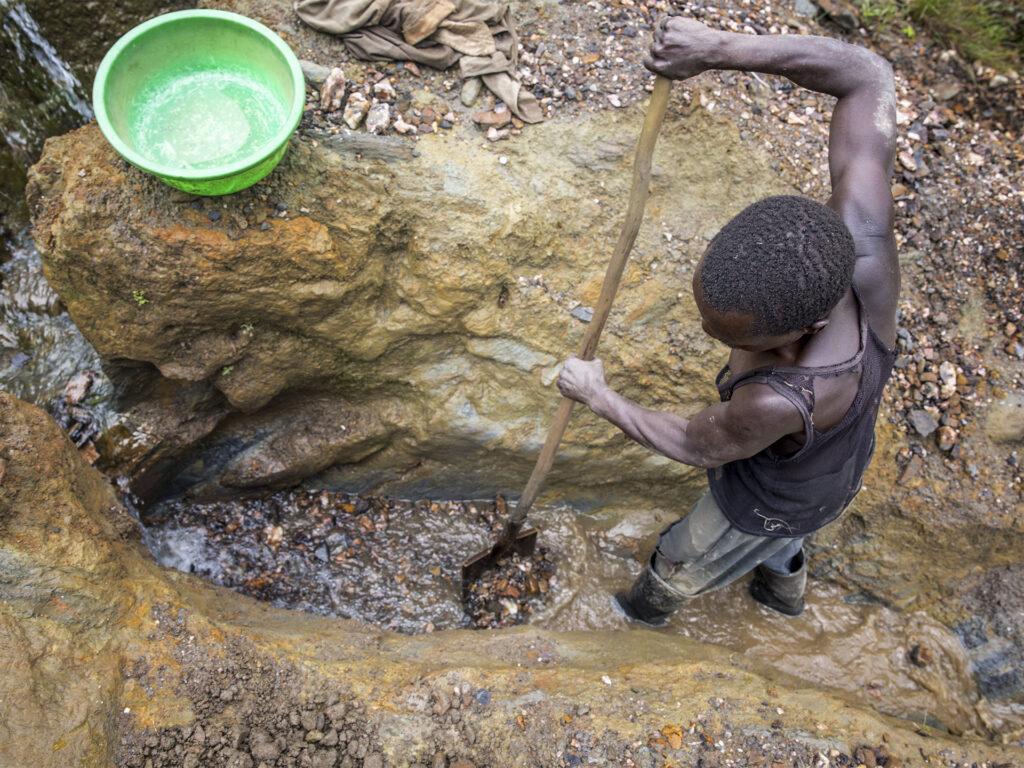 Man utvinner guld i flodskreva