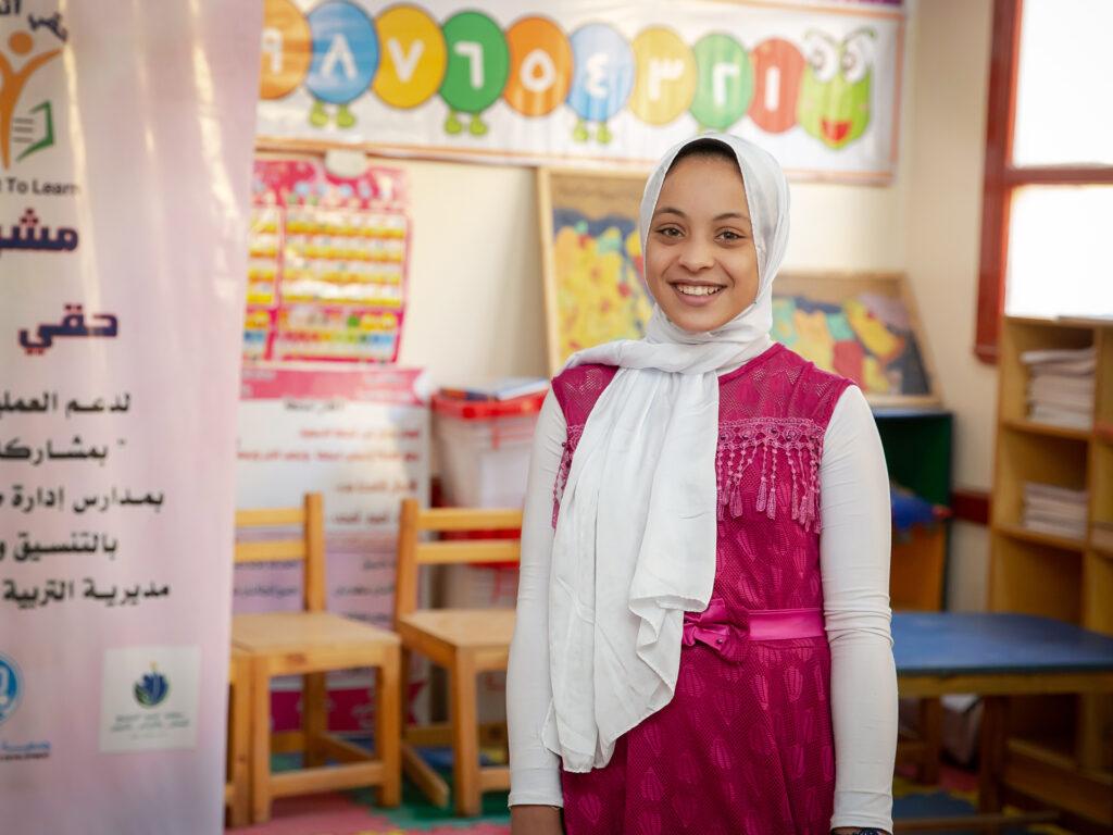 En skolflicka i ett klassrum.