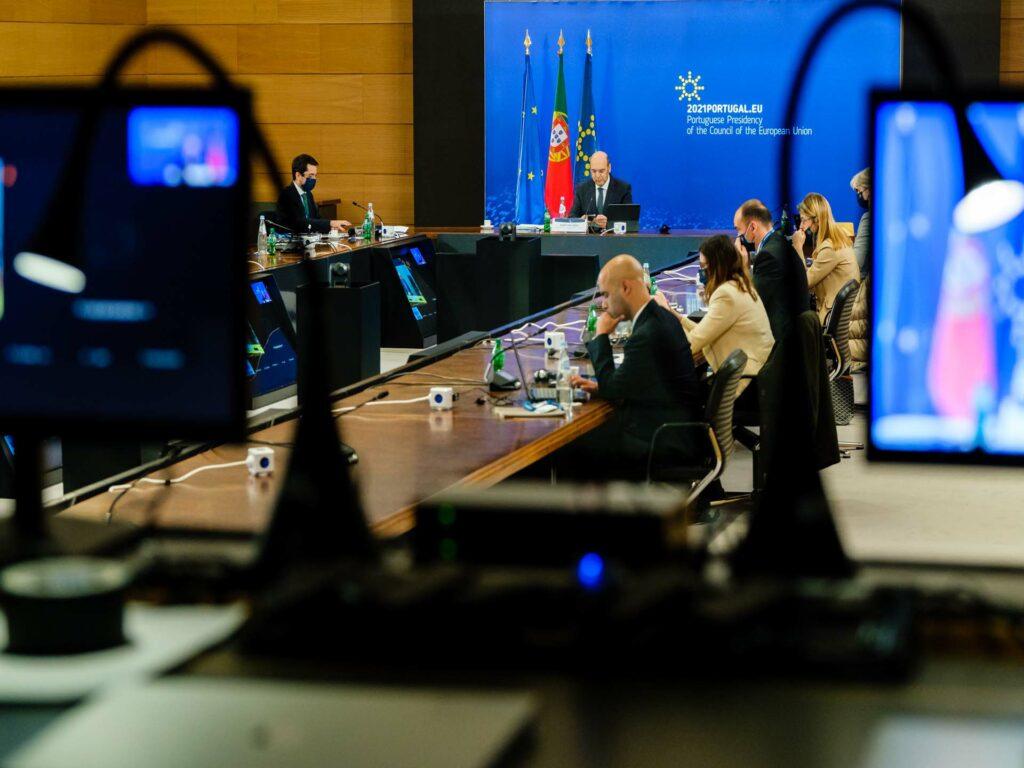 EU-ministrar sitter i en sal på videokonferens