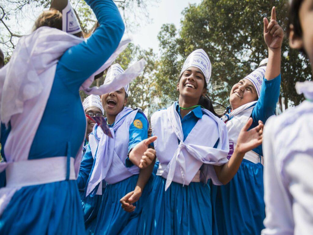 Flickor i Bangladesh firar