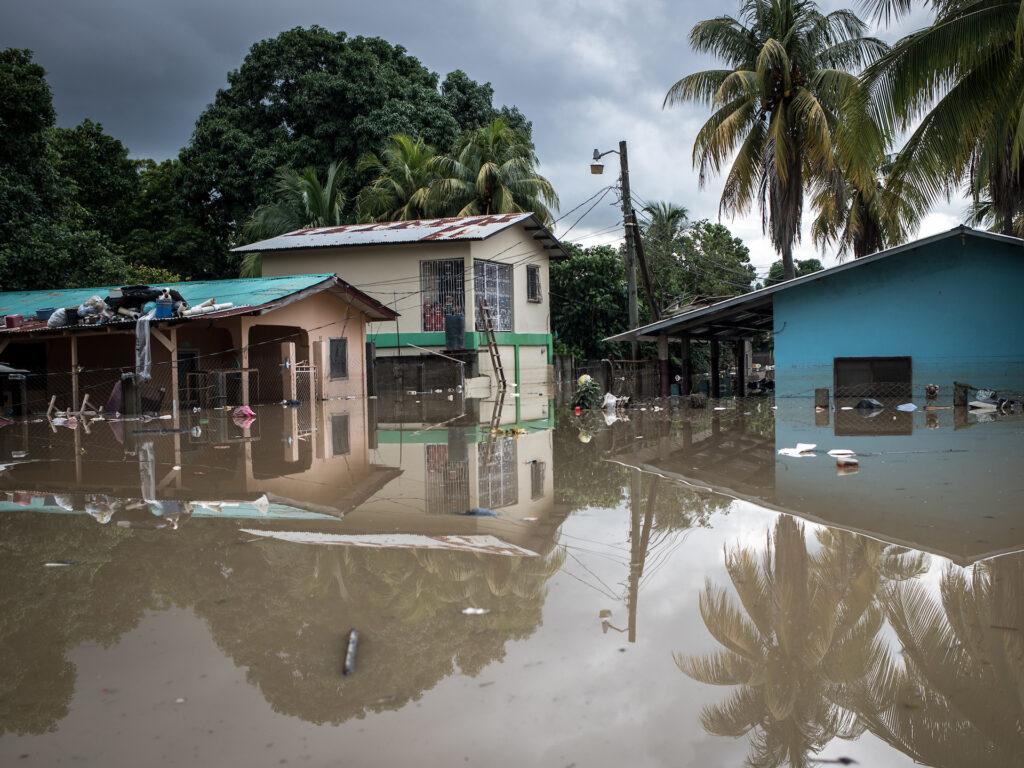 En översvämmad gata med hus