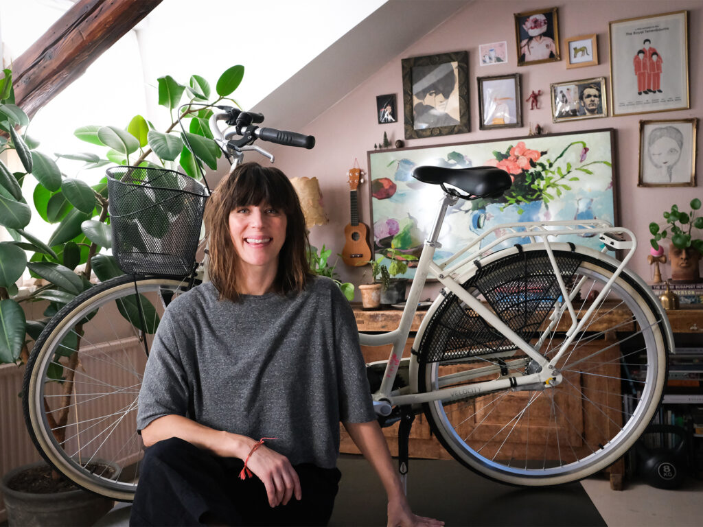 Kvinna framför cykel som hon dekorerat.