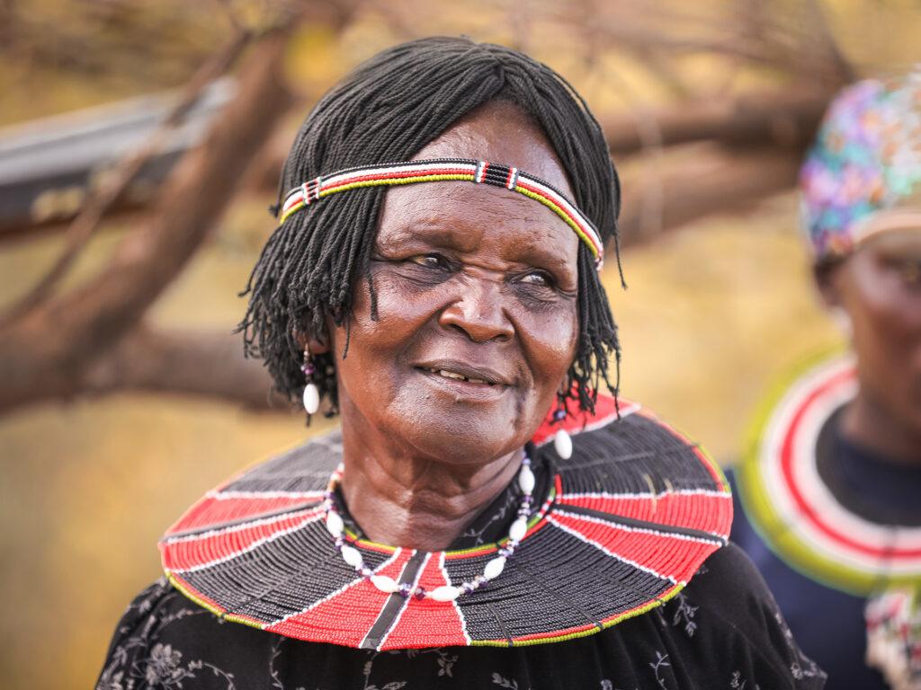 En kvinna med dekorationer runt halsen och på huvudet.