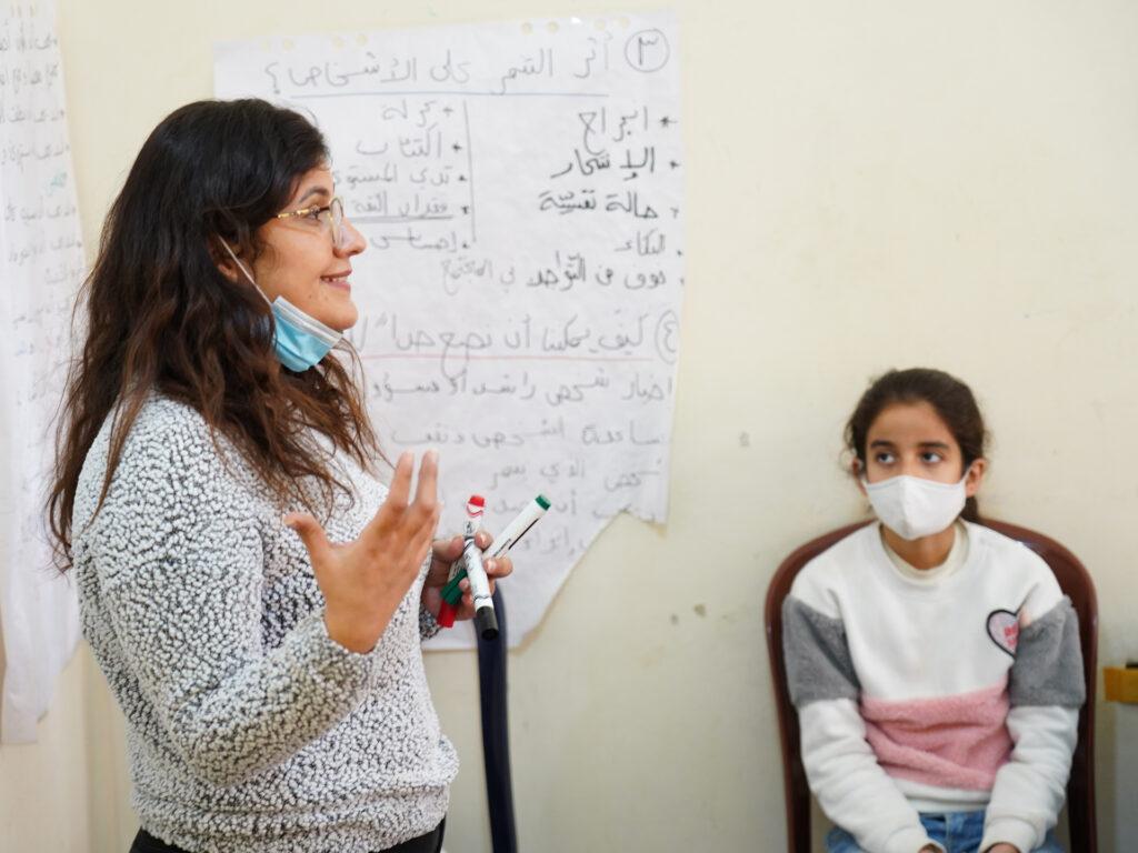 En kvinnlig lärare talar engagerat