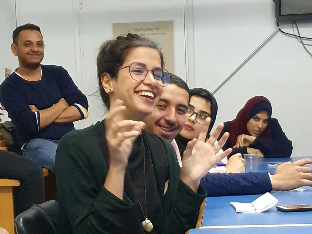En grupp med ungdomar pratar och skrattar