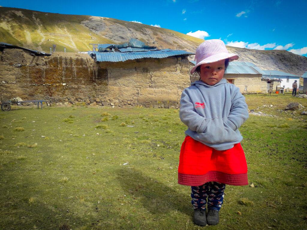 En flicka framför berg