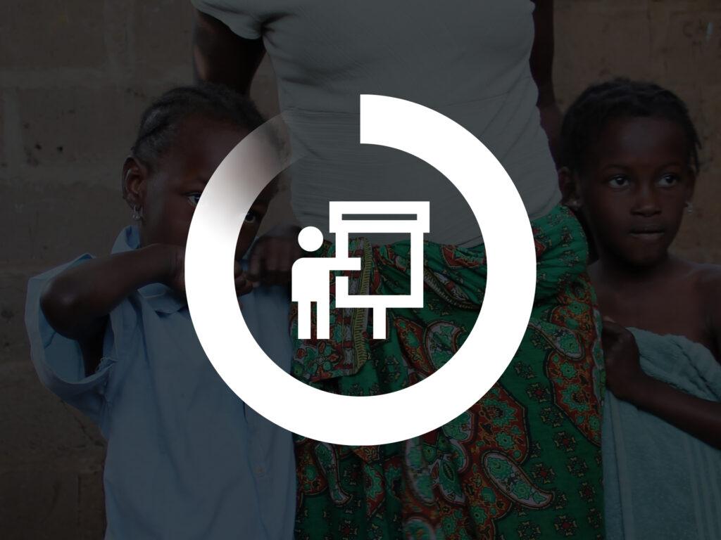 Grafisk symbol för utbildning - en person står framför en tavla - och i bakgrundsbilden syns två barn från Mocambique.