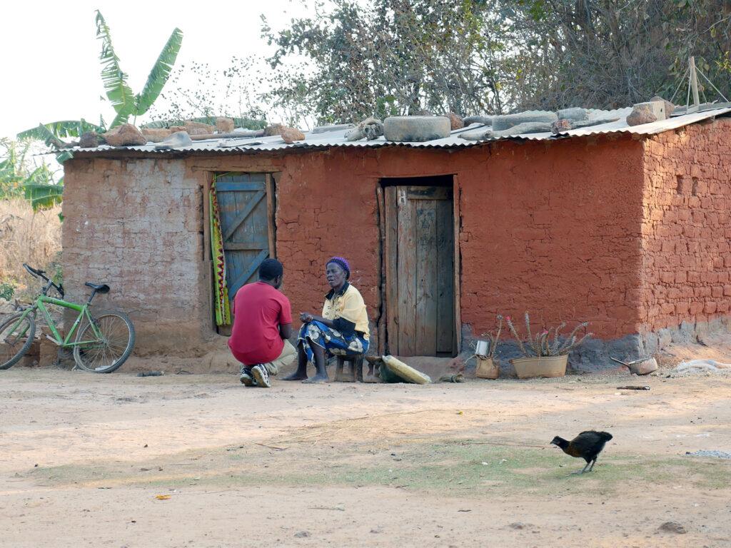 Man knäböjer framför kvinnas hus
