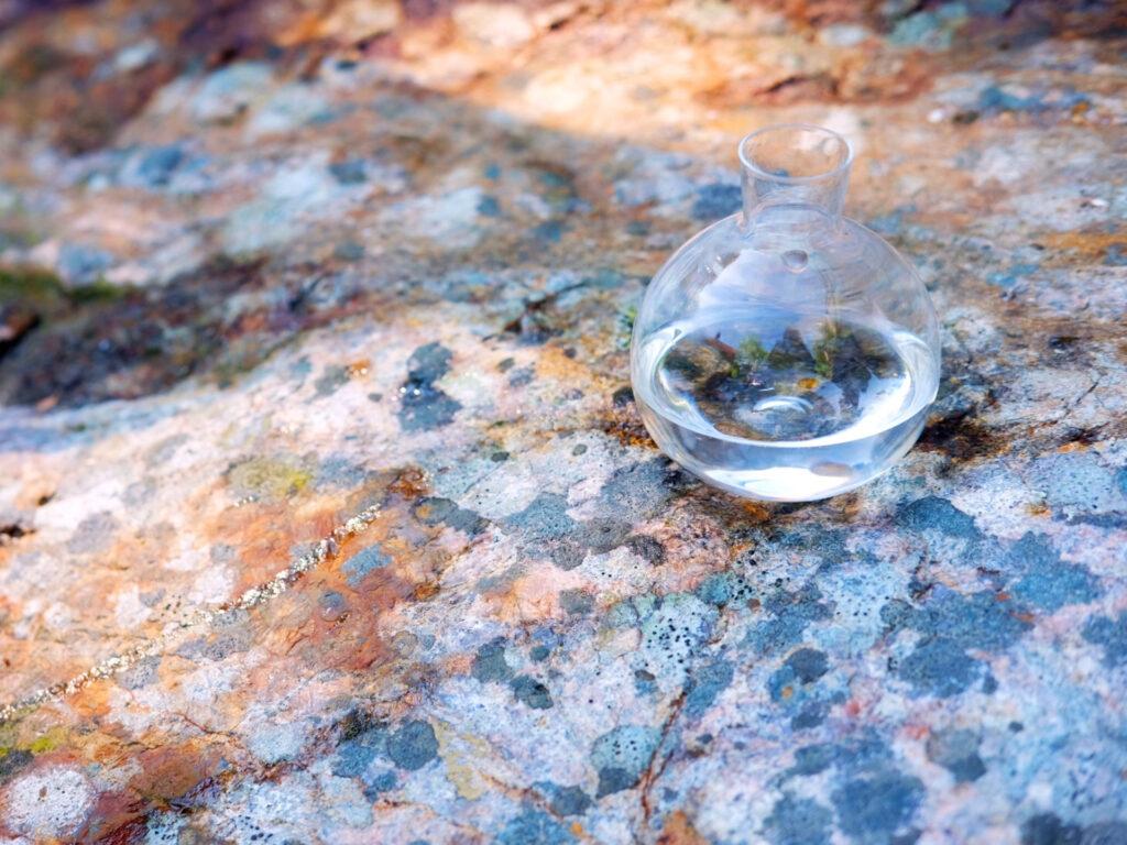 En kanna vatten på en klippa