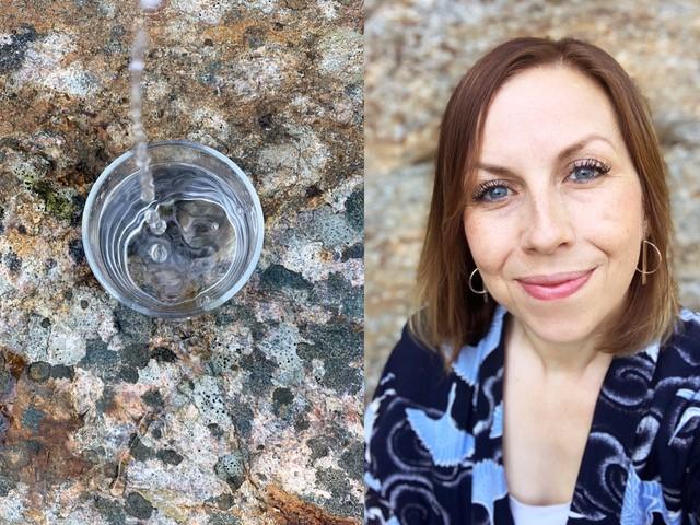 Ett glas vatten och en kvinna som ser in i kameran