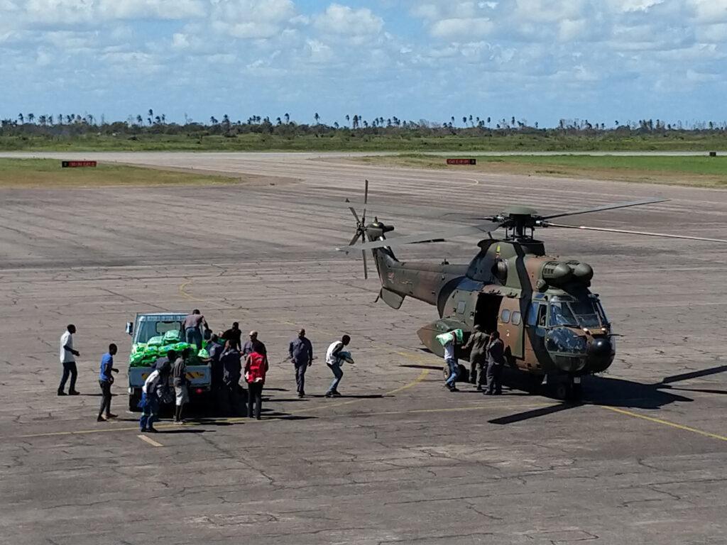 Helikopter med hjälpsändning på landningsbana