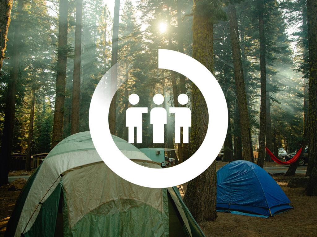 Bild på tält i skog med en vit ikon för samarbete ovanpå.