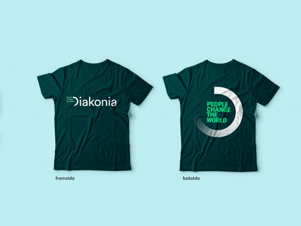 Bild på två t-shirts med Diakonias logga tryckt på fram- och baksidan.