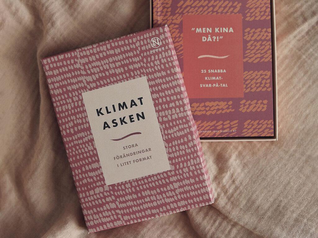 """En bild av en pappask med böcker i. På framsidan står det """"Klimatasken""""."""