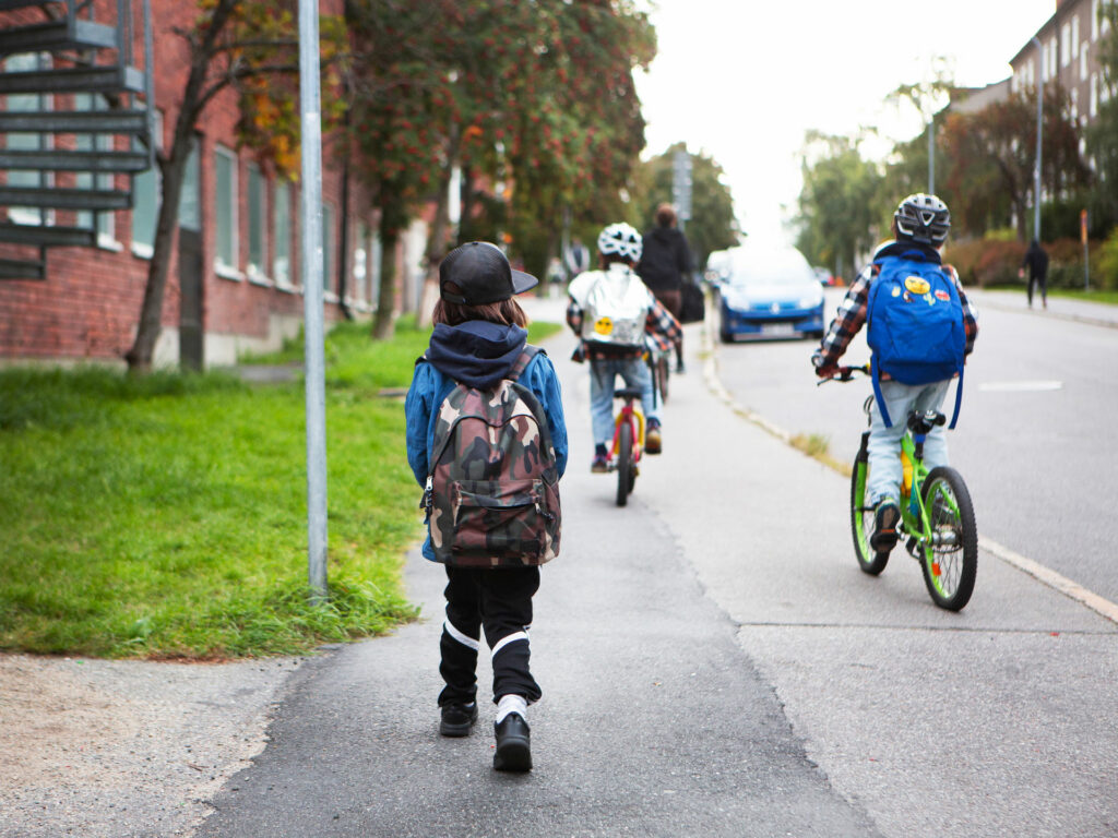 Tre barn på väg till skolan