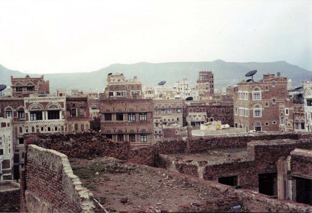Houses in Yemen and mountains in the background.